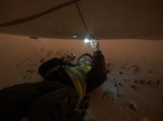纵使大雪纷飞,海航技术新疆基地的机务们依旧一丝不苟地检查每一个角落。 (摄影:杨涛)