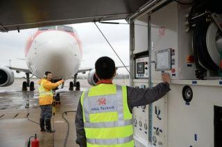 海口连续一周的降雨,风雨中,海航技术机务们一丝不苟地进行飞机检修、发动机水洗。1 (摄影:宁隆宇)
