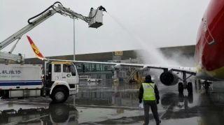 春城来了一场猝不及防的大雪,海航技术云南基地机务们全副武装,除冰防雪,为确保人员交接及时,白班人员提前一天到机场待命。 (摄影:陈飞)