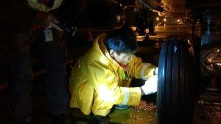 夜深人静的风雨中,海航技术机务们一丝不苟地进行飞机检修。 (摄影:陈默)