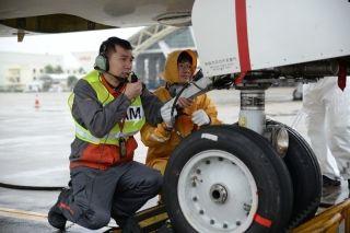 海口连续一周的降雨,风雨中,海航技术机务们一丝不苟地进行飞机检修、发动机水洗。2 (摄影:宁隆宇)