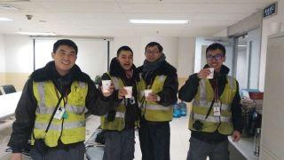 工作顺利结束,一杯热乎乎的姜茶,足以让机务兄弟们喜笑颜开。 (摄影:张帆)