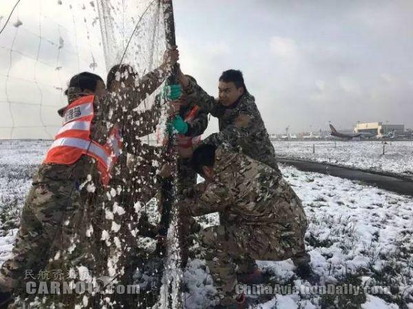 民航资源网2016年1月25日消息:1月23日凌晨起,重庆遭受20多年来仅遇的雨雪冰冻灾害。重庆江北国际机场出现持续低温降雪天气,航班大面积延误。23日至24日,受影响航班超过了1000架次,仅23日就取消470架次。   面对罕见的冰雪天气大考,重庆机场人不露怯、不怵场,立足平凡岗位,肯吃苦、敢攻坚,谱写了爱企如家、敬业尽责的职业赞歌! 你们,我的兄弟姐妹,是冰雪夜中最可亲的人! 你们,我的兄弟姐妹,是冰雪夜中最可爱的人!     家人、朋友们在重庆各地欣赏浪漫雪景,自拍,感叹 而我们却在惦记