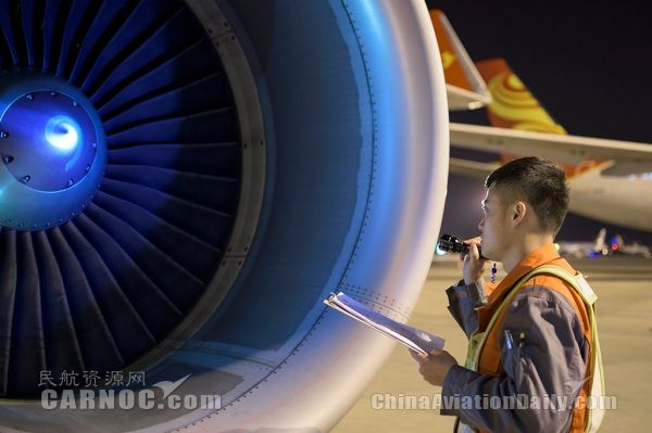 海航技术机务检查飞机发动机