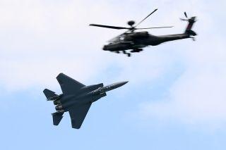 新加坡空军F-15SG战斗机与AH-64D攻击直升机进行特技表演 (摄影:沈铨)
