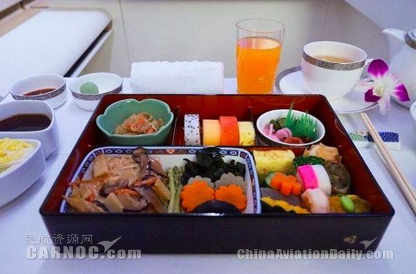 经济舱和头等舱飞机餐对比,太受刺激了……