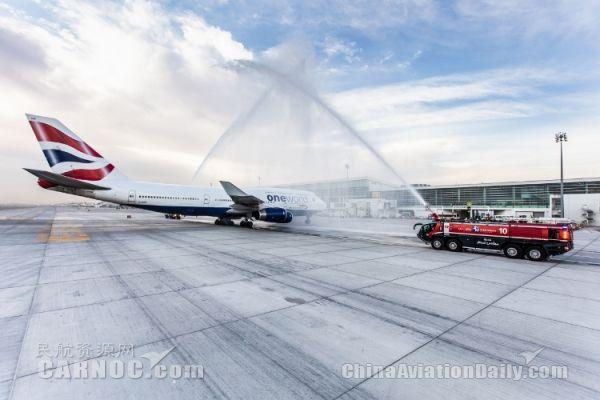民航资源网2016年2月26日消息:近日,迪拜国际机场新建的D中央大厅启用,英国航空设在D大厅里的贵宾休息室也全新揭幕。   英航的新贵宾休息室里面设有一个服务头等舱客户的协和酒吧(Concorde Bar)。       英航称该休息室的设计旨在实现对空间的最大化利用,让客户享有独立的工作、放松和用餐空间,同时创造一个安静、宽松的氛围环境。   在Deli酒吧,客户拥有众多的热食和冷食可供选择,还可以享受各种饮品。   休息室可以俯瞰迪拜机场的购物区。休息室使用的建材包括黑色尼罗大理石饰面和欧洲橡