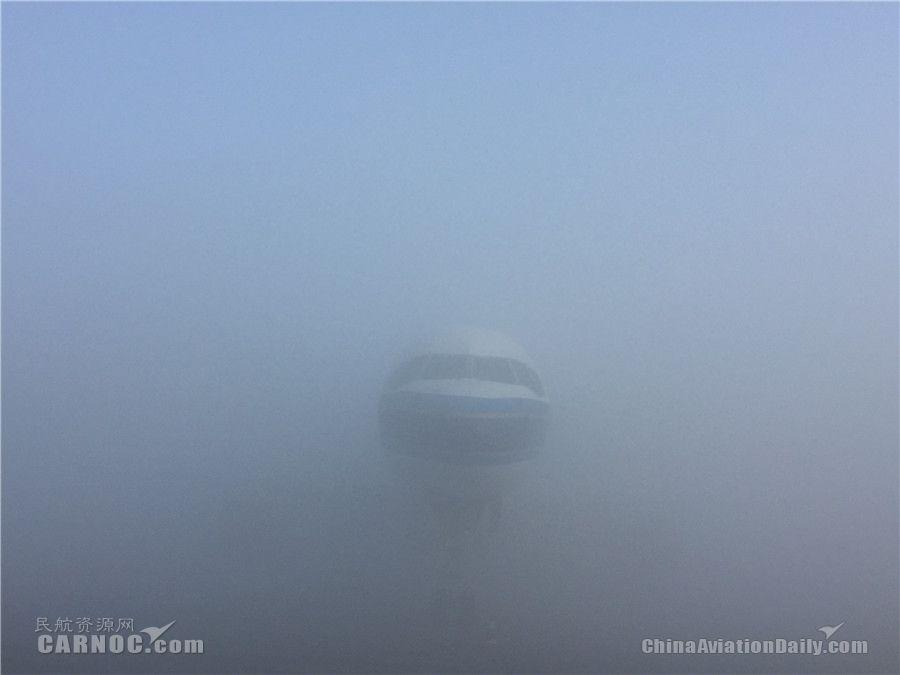 3月1日,乌鲁木齐出现大雾天气,截至10:30,乌鲁木齐机场天气实况为冻雾,跑道视程(RVR)由东向西50/50/50米,低于起降标准(09:45-10:20短时够起飞标准)。   民航资源网从乌鲁木齐机场指挥室获悉,截至10:30出港航班64架次,延误61架次,起飞3架次;进港航班17架次,已落地3架次,备降2架次,全天进出港取消10架次;滞留旅客人数:T1航站楼1334人,T2航站楼4552人,T3航站楼3000人。   乌鲁木齐机场T1、T2航站楼已于10:30启动大面积航班延误黄色应急响应。据预报