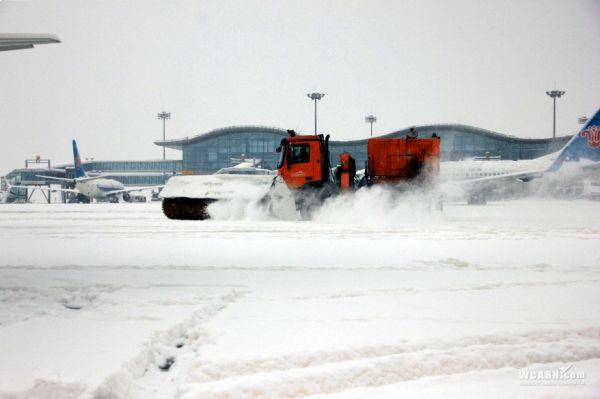 图:扫雪车正在清扫积雪. 摄影:张思维-最后一天再战大雪 南航新疆图片