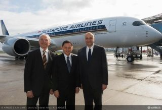 First A350 XWB delivery to Singapore Airlines - From left to right: Didier Evrard, Airbus Executive Vice President for Programmes, Goh Choon Phong, Singapore Airlines Chief Executive Officer and Eric Schulz, Rolls-Royce President for Civil Large Engines