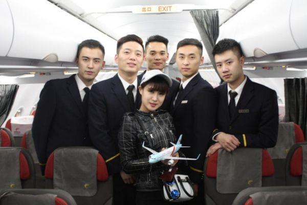女人节空姐放假 长龙航班上清一色男空乘服务