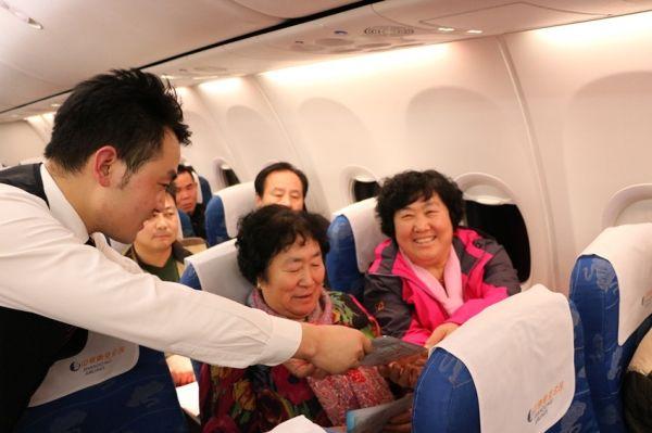 山东航空公司鲁雁乘务组在青岛到成都的航班上开展的