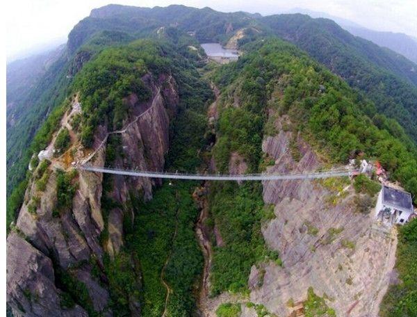 号称世界最长、最高的全透明玻璃桥--张家界大峡谷玻璃桥将于5月1日开始进入试营业阶段,爱旅游的你是不是很激动?千万不要过于兴奋,因为张家界还有重磅消息陆续袭来--慈利县江垭镇拟推低空游项目,届时游客有望乘坐小型飞机从空中俯瞰大峡谷的秀美风光,这一新兴旅游项目的进驻又将成为张家界旅游新亮点。   低空游项目正在紧锣密鼓地推进中。据了解,低空游即低空飞行旅游,是近几年在国内出现的一种新兴旅游业态,主要包括乘坐通航飞机在低空进行城市观光、旅游景区观光,以及从中心城市到旅游景点、景点到景点之间进行低