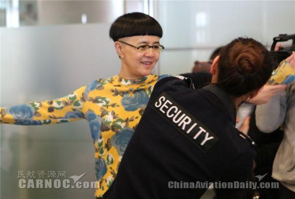 首都机场启用女性安检通道 金龟子到场体验