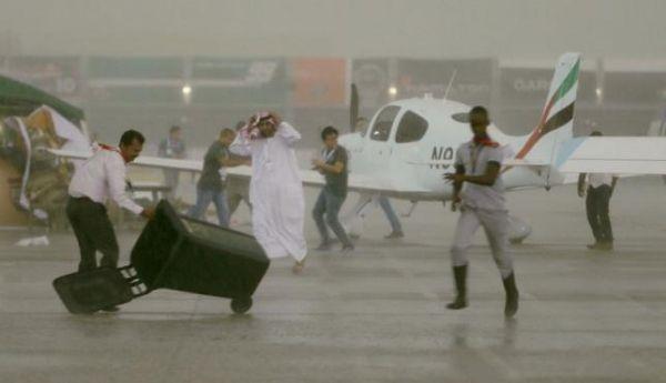这还是中东吗?阿布扎比机场天花板因暴雨坍塌