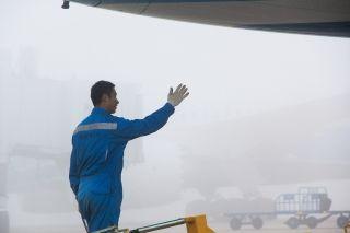 """航线维修员""""口诵手指""""复查,再次确认安全。 (摄影:贺晟)"""