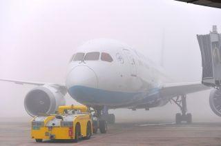 靠桥航班关舱,推至远机位排队等待起飞。 (摄影:贺晟)