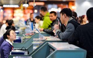 值机员在柜台告知旅客航班延误信息。 (摄影:贺晟)