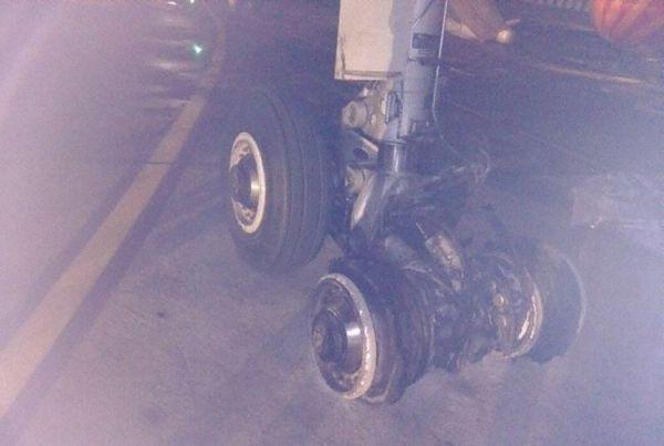 印航客机降落时轮胎爆裂 疏散过程中乘客受伤