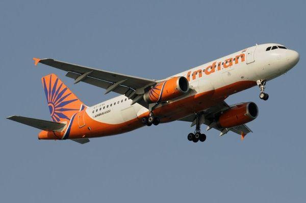 据Aviation Herald报道,当地时间3月15日,印度航空一架载有161人的空中客车A320-200客机(注册号为VT-ESL,航班号为AI-630)在孟买机场着陆时左侧轮胎爆裂,随后客机无法继续滑行。   机上乘客通过应急滑梯疏散,但是疏散过程中有若干乘客受伤。   小编注:这架空客320每边有四个主轮,不同于传统A320的两个,因为印度部分机场的跑道强度不够,怕落地时飞机陷进道面,为降低压强,印航曾向空客特定一批小车式主轮的320飞机。    图:印度航空A320   《印航客机降落时轮胎