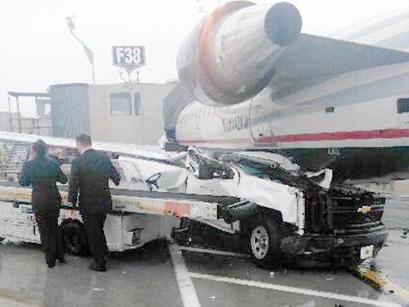 惨烈!费城机场CRJ200飞机被皮卡撞上