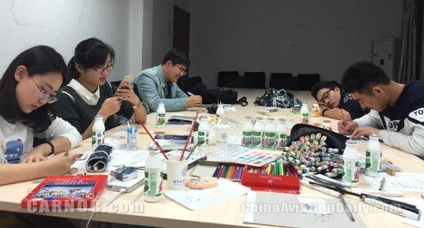 南京航空航天大学民航学院学生正在创作民航四格漫画