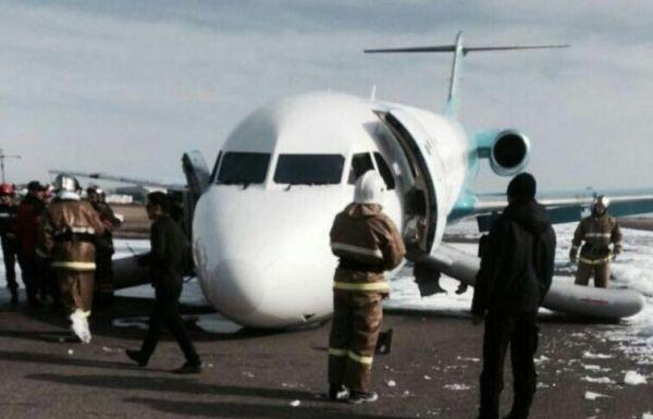 哈萨克斯坦客机前起落架故障迫降 机头铲地