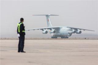 今天11时30分许,在空军两架歼-11战机护航下,伊尔-76飞机搭载36具志愿军烈士遗骸抵达沈阳。