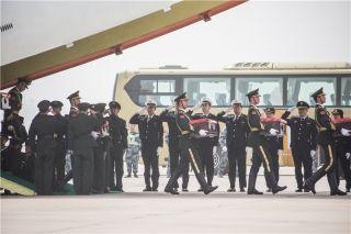 3月31日11时30分许,搭载第三批36具志愿军烈士遗骸的伊尔-76飞机抵达沈阳机场上空,我空军两架歼-11战机升空护航。随着专机缓缓降落,埋骨他乡60余载的烈士终于魂归故乡。
