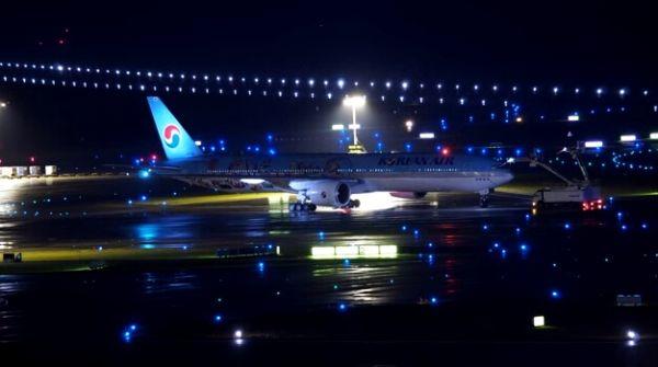 絕美光影 夜幕下蘇黎世機場飛機除冰 美呆了