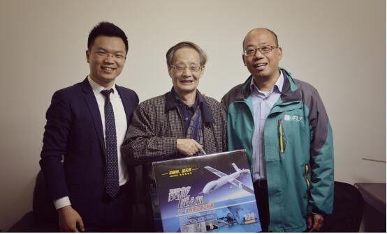 本期上海站的抽奖奖品由上一期得奖的周总(右)作为抽奖嘉宾抽给了幸运嘉宾王老师(中),二位与主持人翼趣航空总经理李仙勇(左)合影。