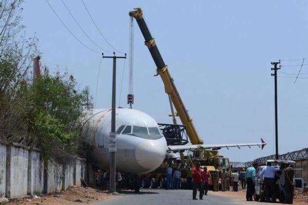 【实拍】印度一退役A320飞机吊运时脱落砸倒墙