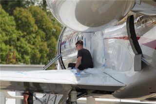 正在维护飞机的老外机务哥