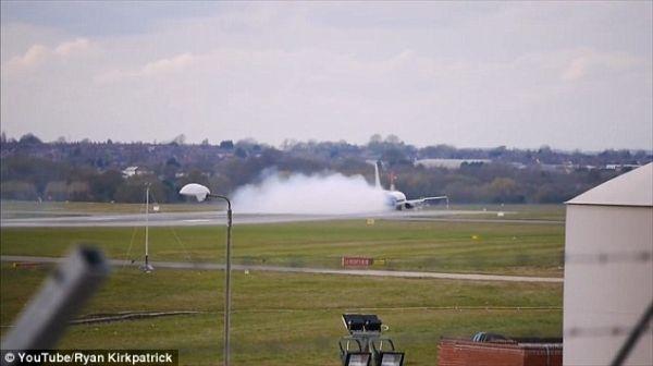 """罗马尼亚客机降落后""""消失""""在浓烟中"""