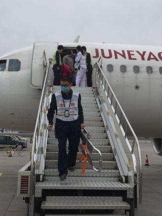 高龄乘客高空突发疾病 飞机备降紧急救人