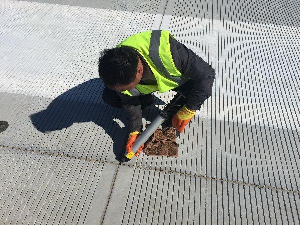 富蕴可可托海机场开展跑道修补工作