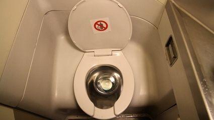 飞机上的马桶会被异物堵住