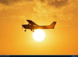 """图:B-7930号CESSNA 172R型飞机。通航图库图片,摄影:通航资源网网友""""会飞的熊猫""""。浏览作者图库原帖《[原创]夜新津》。 (摄影:会飞的熊猫)"""