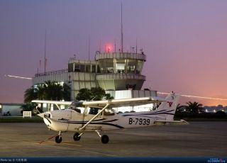 """图:B-7939号CESSNA 172R型飞机。通航图库图片,摄影:通航资源网网友""""会飞的熊猫""""。浏览作者图库原帖《[原创]夜新津》。 (摄影:会飞的熊猫)"""