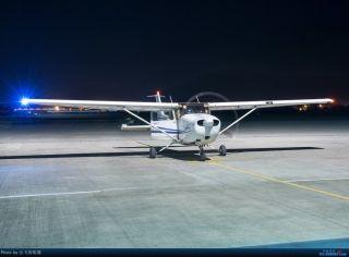 """图:B-7927号CESSNA 172R型飞机。通航图库图片,摄影:通航资源网网友""""会飞的熊猫""""。浏览作者图库原帖《[原创]夜新津》。 摄影:会飞的熊猫"""