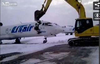 太丧心病狂!有人驾挖掘机毁了一架喷气客机