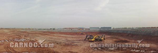 民航资源网2016年4月27日消息:青岛新机场综合交通枢纽--换乘中心自去年启动以来进展顺利。目前,工程施工及监理单位正抢抓工期,加快推进项目建设进度,确保预期目标顺利完成。   据了解,青岛新机场综合交通中心(GTC)是全国首个集高铁、地铁于一体的零换乘综合交通中心,其位于机场核心区,紧邻机场航站楼,包括停车楼和交通换乘中心两大部分,总建筑面积约20万平方米,其中停车楼建筑面积约15万平方米,主要用于旅客停放车辆;交通换乘中心建筑面积约5万平方米,主要功能是与高铁、地铁连接,兼具公共交通、商贸服务等