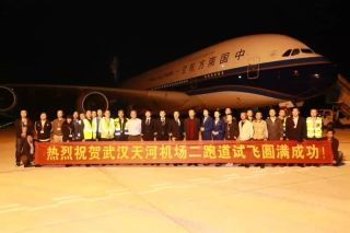 At 11:05 p.m. on April 27, a China Southern Airlines Airbus A380 Superjumbo landed safely on the new runway of Wuhan Tianhe International Airport, marking A380's first appearance at the airport.