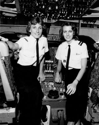 1985: The first Qantas female pilots, Sharelle Quinn (left) and Ann Bennett. Both are now Qantas Boeing 747 captains.