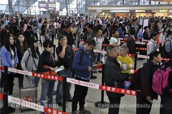 大雾导致航班延误 出行旅客滞留成都机场