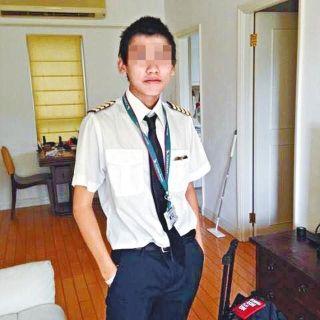 男子冒充飞行员登上客机 还企图进入驾驶舱