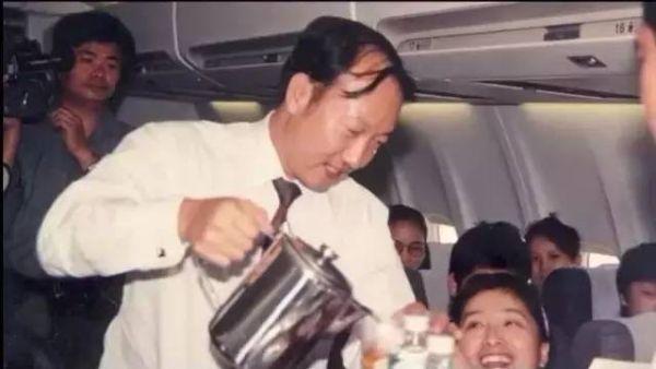 客舱服务老总亲自上 海航再现23年前首航传统