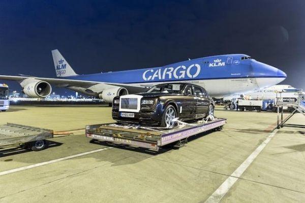 """豪车""""坐飞机"""":八辆劳斯莱斯开进波音747"""