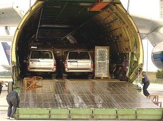 一架AN-124货机,往伊拉克运送物资,包括两台陆地巡洋舰越野车。