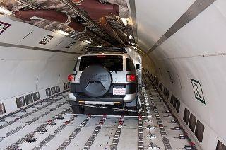 联邦快递MD-11货机运输丰田酷路泽越野车。